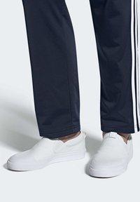 adidas Originals - NIZZA SLIP-ON SHOES - Trainers - white - 0