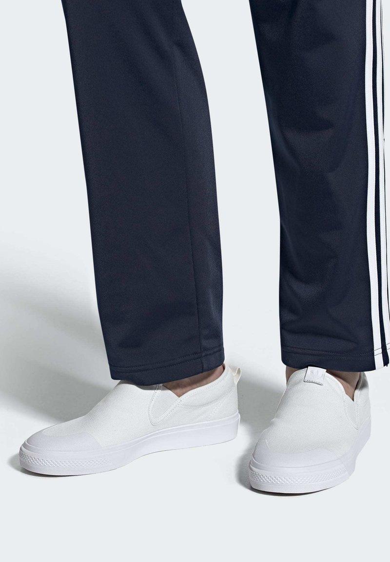 adidas Originals - NIZZA SLIP-ON SHOES - Trainers - white