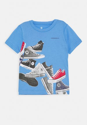 ASCENDING SNEAKERS TEE - Camiseta estampada - coast