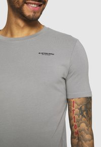 G-Star - SLIM BASE R T S\S - Basic T-shirt - charcoal - 4