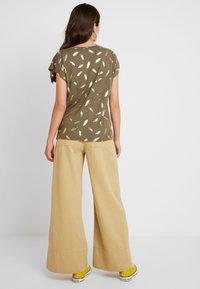 ONLY - ONLFEATHER - Print T-shirt - kalamata/gold - 2