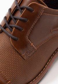 Madden by Steve Madden - Elegantní šněrovací boty - cognac - 5