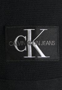 Calvin Klein Jeans - MONOGRAM BADGE WAFFLE TEE - Print T-shirt - black - 2