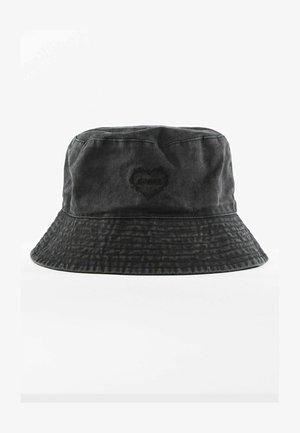 MIT HERZSTICKEREI  - Hat - black