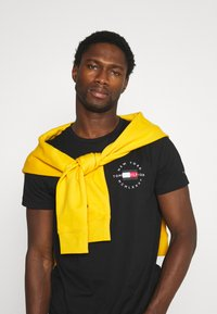 Tommy Hilfiger - CIRCLE CHEST TEE - T-shirt med print - black - 4