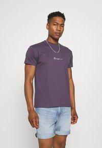 Mennace - T-shirt med print - purple - 0