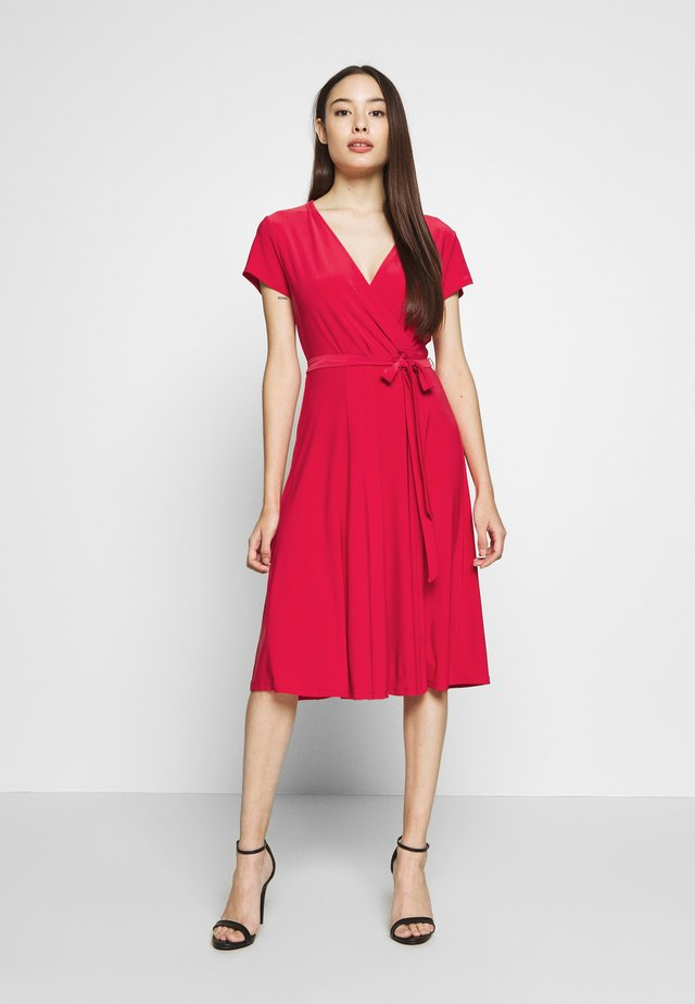 WRAP DRESS - Vestito di maglina - coral
