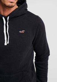 Hollister Co. - CORE ICON - Jersey con capucha - black - 4