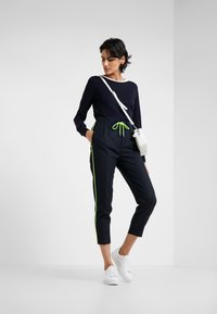 DRYKORN - LEVEL - Kalhoty - navy/neon yellow - 1