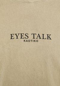 Kaotiko - EYES TALK UNISEX - Print T-shirt - stone - 6