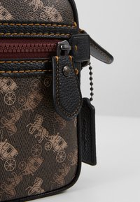 Coach - DYLAN 10 IN HORSE AND CARRIAGE - Sac bandoulière - black/brown - 2