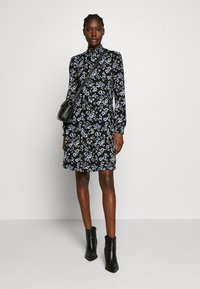 Wallis - FLORAL SHIRRED CUFF SWING DRESS - Sukienka letnia - black - 1