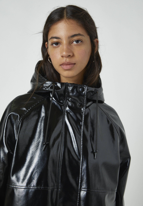 PULL&BEAR Regenjacke / wasserabweisende Jacke black/schwarz
