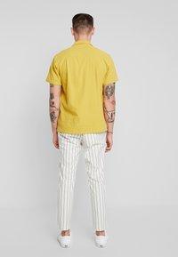 Topman - WHYATT - Trousers - cream - 2