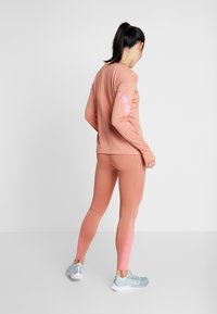 Nike Performance - MIDLAYER RUNWAY - Camiseta de deporte - terra blush/digital pink - 2