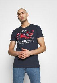 Superdry - INFILL STORE TEE - Print T-shirt - lauren navy - 0