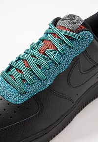 Nike Sportswear - AIR FORCE 1 '07 LV8 - Tenisky - black/obsidian mist/cool grey/blue fury/bright crimson - 5