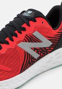 New Balance - TEMPO V1 - Hardloopschoenen neutraal - red - 5
