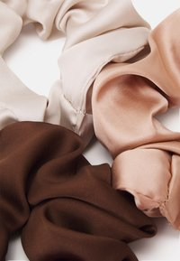 Topshop - SCRUNCHIE 3 PACK - Hair styling accessory - brown - 1