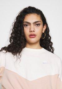 Nike Sportswear - W NSW HRTG CREW FLC - Sweatshirt - shimmer/pale ivory - 4