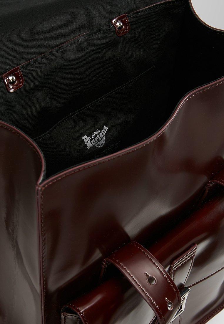 Dr. Martens SMALL BACKPACK - Tagesrucksack - cherry red cambridge brush/dunkelrot - Herrentaschen GoWjw