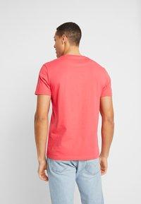 Lyle & Scott - T-shirt - bas - geranium pink - 2