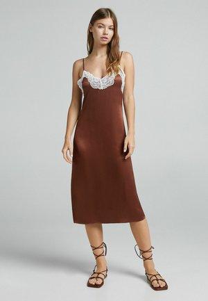 MIT SPITZENKANTE AM AUSSCHNITT - Sukienka letnia - brown