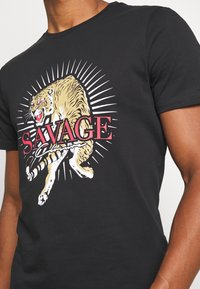 CLOSURE London - SAVAGE TIGER TEE - T-shirt z nadrukiem - black - 5