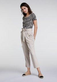 Oui - UTILITY STYLE - Trousers - light stone - 1