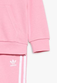 adidas Originals - TREFOIL HOODIE SET - Bluza z kapturem - light pink/white - 3