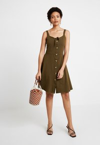 Dorothy Perkins - BUTTON THROUGH BOW CAMI - Žerzejové šaty - khaki - 2