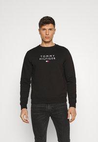 Tommy Hilfiger - STACKED FLAG CREWNECK - Sweatshirt - black - 0