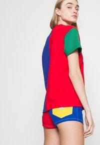 Karl Kani - SIGNATURE BLOCK TEE - Print T-shirt - multicolor - 4