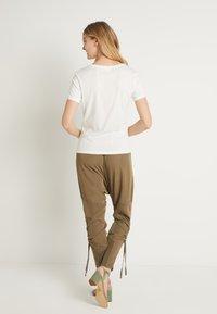 Cream - NAIA - T-shirts - off-white - 2