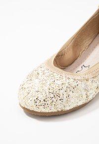Walnut - CATIE FRECKLE BALLET - Klassischer  Ballerina - gold - 5