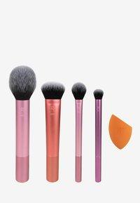EVERYDAY ESSENTIALS SET - Makeup brush set - -