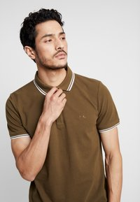 Lindbergh - CONTRAST PIPING - Polo shirt - army - 3