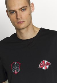 Cayler & Sons - FOREVER SIX SOCCER TEE - Print T-shirt - black - 3