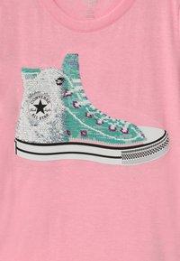 Converse - FLIP SEQUIN CHUCK TEE - Print T-shirt - pink glaze heather - 2