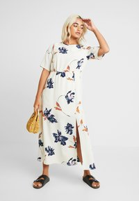 Vero Moda Petite - VMKIMMIE ANCLE DRESS - Maxi šaty - birch - 2