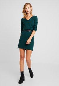 Vero Moda - VMDIANE V-NECK DRESS - Pletené šaty - ponderosa pine - 2
