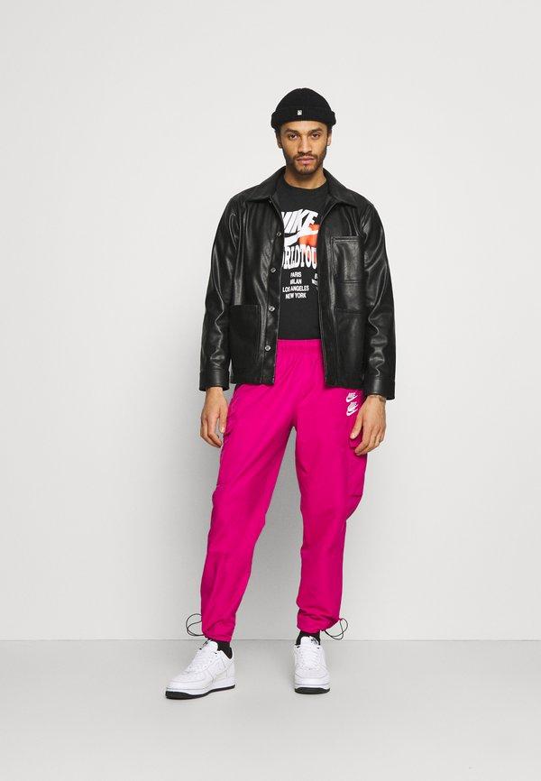 Nike Sportswear TEE WORLD TOUR - T-shirt z nadrukiem - black/czarny Odzież Męska GJVM