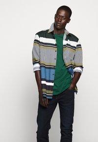 Bruuns Bazaar - GUSTAV BUSTER TEE - Basic T-shirt - dark green - 5