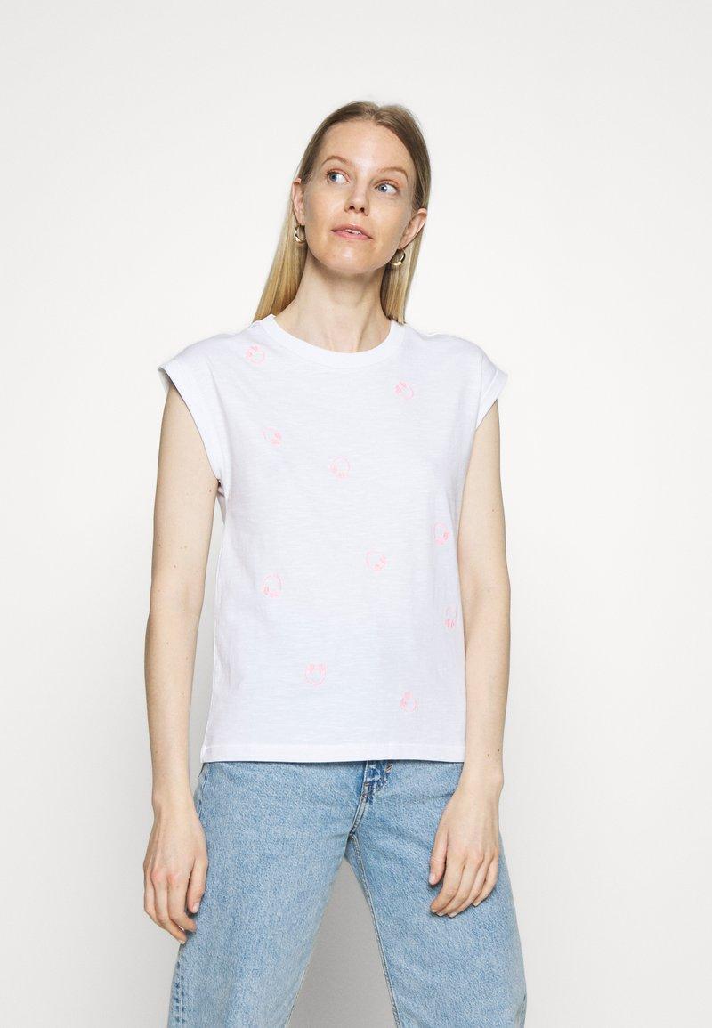 edc by Esprit - CORE EMBRO - Print T-shirt - white