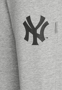 Champion - MLB NEW YORK YANKEES CUFF PANTS - Club wear - grey melange - 4