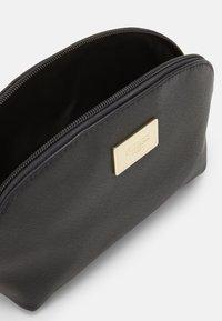 Guess - COREEN BEAUTY COREEN DOME - Kosmetická taška - black - 2