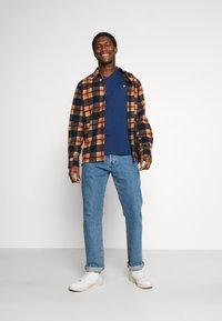 Lyle & Scott - V NECK - T-shirt - bas - indigo - 1