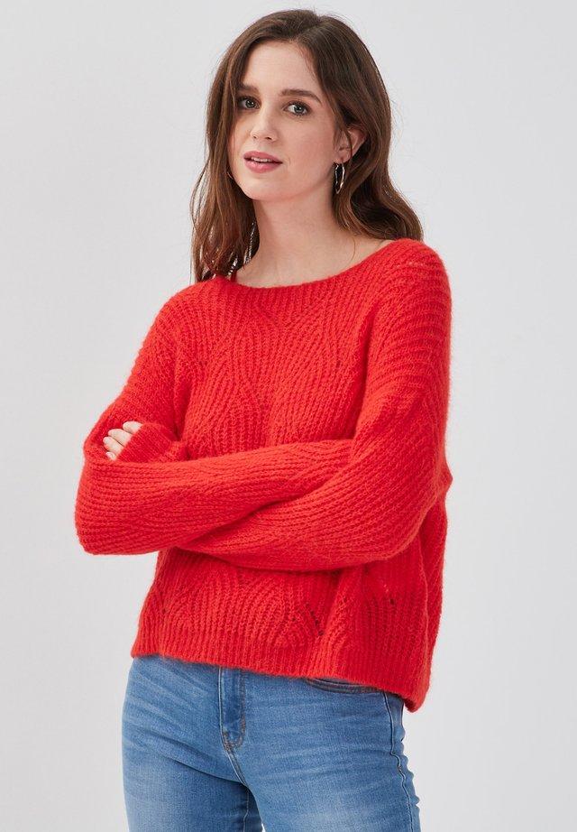 MIT ÖFFNUNGEN - Pullover - rouge fluo