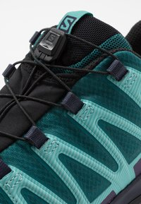 Salomon - XA PRO 3D V8 GTX - Chaussures de running - shaded spruce/evening b/meadowbrook - 5