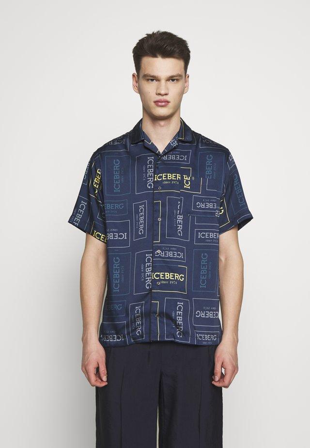 CAMICIA LOGO - Shirt - fondo blu/giallo grigio